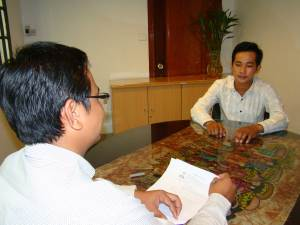 HR Inc. Consultant is interviewing job seeker/Photo by: Dara Saoyuth