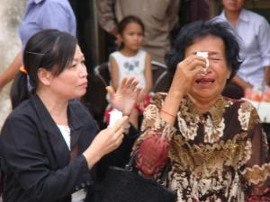 A person who has relatives died at Toul Sleng cried when she remind about them / by: Dara Saoyuth