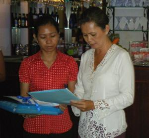 H.E. Ms. Mu Sochua signs a letter from The Cambodian Women's Movement during the discussion at Baitong Restaurant / Photo by: Dara Saoyuth